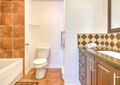 Salle de bain au 204-2250 rue Ward Ville Saint-Laurent