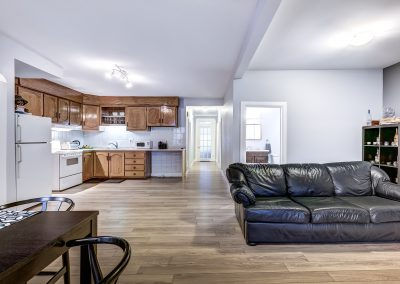 Vue d'ensemble du salon, de la cuisine et du coin repas du duplex au 2188 rue Denonville