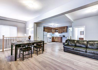 Vue d'ensemble du salon, de la cuisine  et coin repas du duplex au 2188 rue Denonville