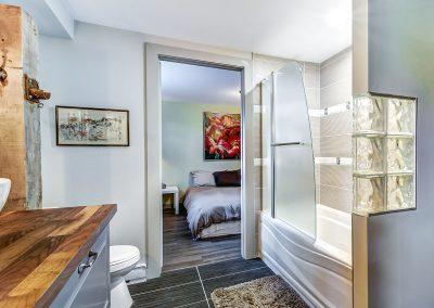Salle de bain au sous-sol vue vers la 3e chambre du 604 rue Diane Ste-Dorothée Laval