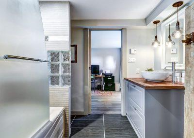 Salle de bain au sous-sol vue vers la la salle familiale du 604 rue Diane Ste-Dorothée Laval