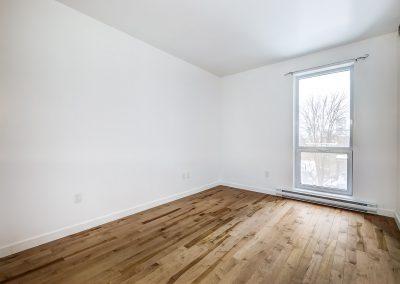 Chambre du côté droit avec vue vers la fenêtre