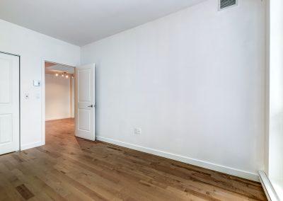 Chambre du côté gauche avec vue vers la porte