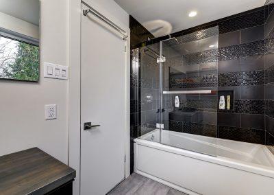 Salle au bain au 2e 10809 rue Verville